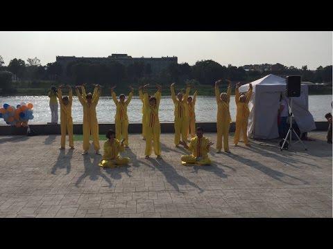 Показательные выступления практикующих Фалунь Дафа в день города Пскова